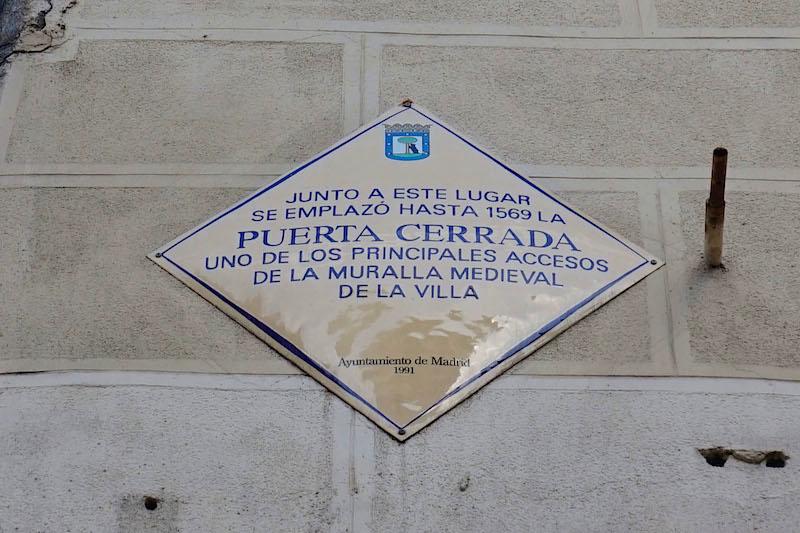 Placa que muestra el lugar en que estaba Puerta Cerrada
