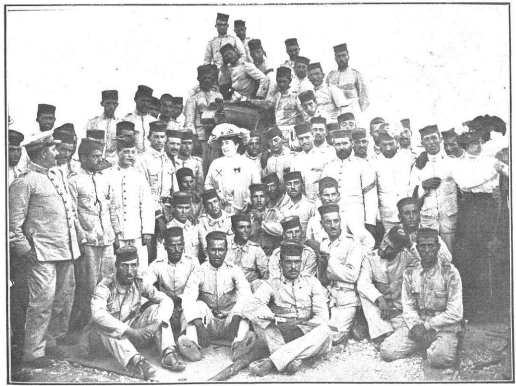 Colombine, fotografiada en el verano de 1909 en Melilla por Goñi, rodeada de oficiales y soldados de artillería.