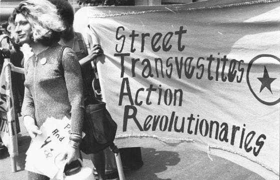 Sylvia Rivera junto a la pancarta de STAR