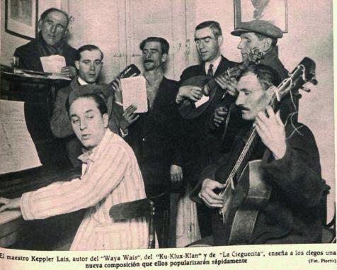 Un compositor enseñando en su propia casa nuevas canciones a una banda de músicos ciegos ( Crónica , marzo de 1931)