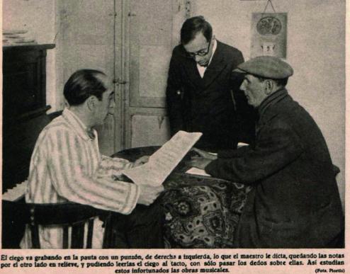 Ciegos grabando con un punzón las notas musicales que les dicta un compositor para luego interpretarlas en la calle ( Crónica , marzo de 1931)