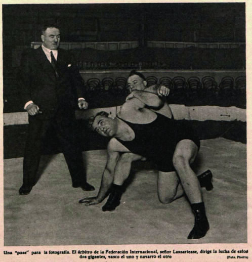 Fotografías incluidas en la revista  Crónica . Arriba: Ochoa y Fullaondo y, en medio, el periodista. Abajo: ambos en pleno combate