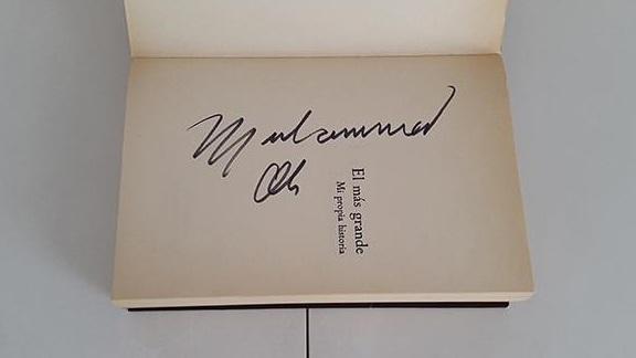 Ejemplar de su autobiografía firmado por Alí