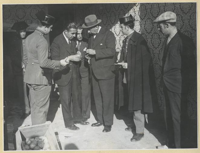 Explosivos, dinamita, anarquía. La guardia civil descubre en Barcelona un piso lleno de explosivos. (29 de diciembre de 1932): Fotografía: Pérez de Rozas