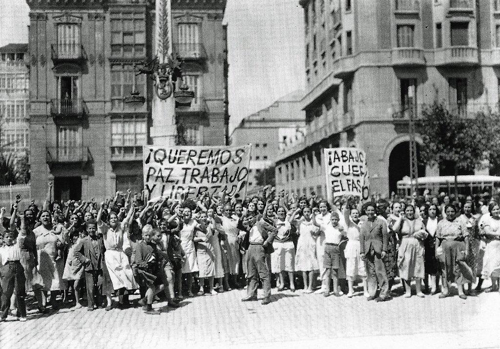 manifestación de mujeres contra el fascismo. Pancartas de *¡Queremos paz, trabajo y libertad!* y *¡Abajo, guerra a el fascismo!* (Zaragoza, 1934). Gran Archivo Zaragoza Antigua