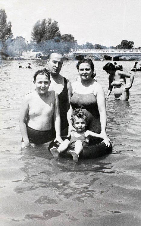 una familia bañándose en el río Manzanares (1953), en lo que era la «playa de Madrid». Archivo Regional de Madrid