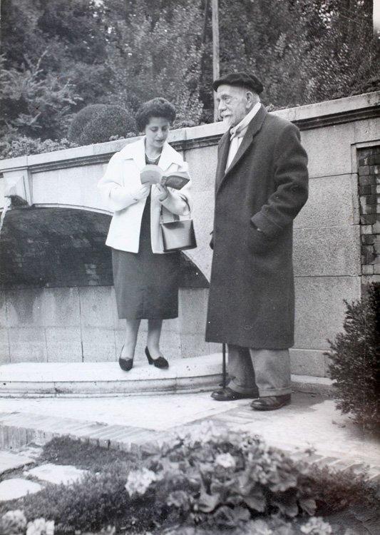 una mujer recita a Baroja ¡junto a Baroja! un año antes de que falleciera (1955). Archivo Regional de Madrid