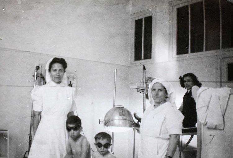 unas enfermeras junto a unos niños que se van a someter a pruebas con rayos x en el Hospital del Rey (1945). Archivo Regional de Madrid.
