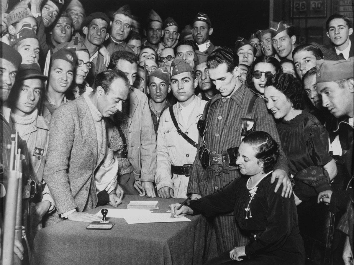 Boda de una pareja de milicianos (octubre de 1936). Fotografía: Alfonso