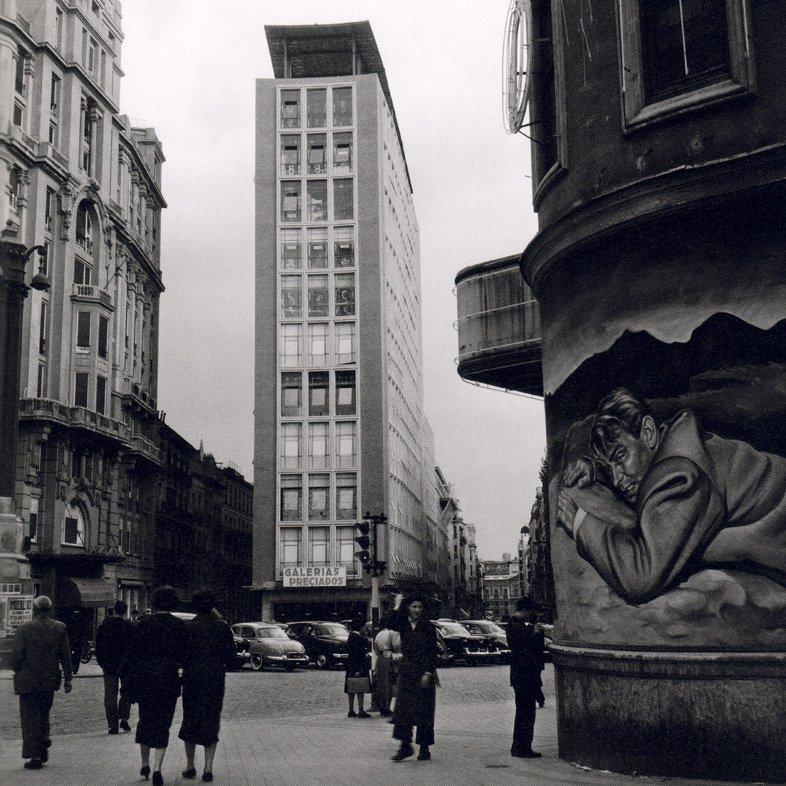 Madrid, 1955. La plaza de Callao, al fondo Galerías Preciados. A la derecha, carteles pintados a mano del estreno en los Cines Callao. (Fotografía: Cas Oorthuys)