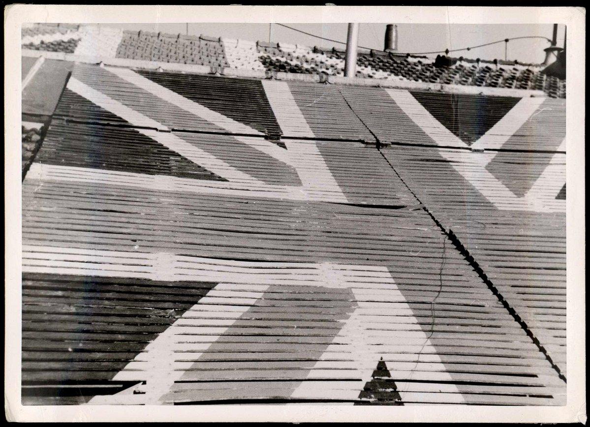 bandera inglesa pintada en el tejado de la Embajada de Inglaterra en Madrid para advertir a la aviación fascista de no bombardearla. Aún así fue bombardeada en febrero de 1937. Fotografía: Aguayo / BNE