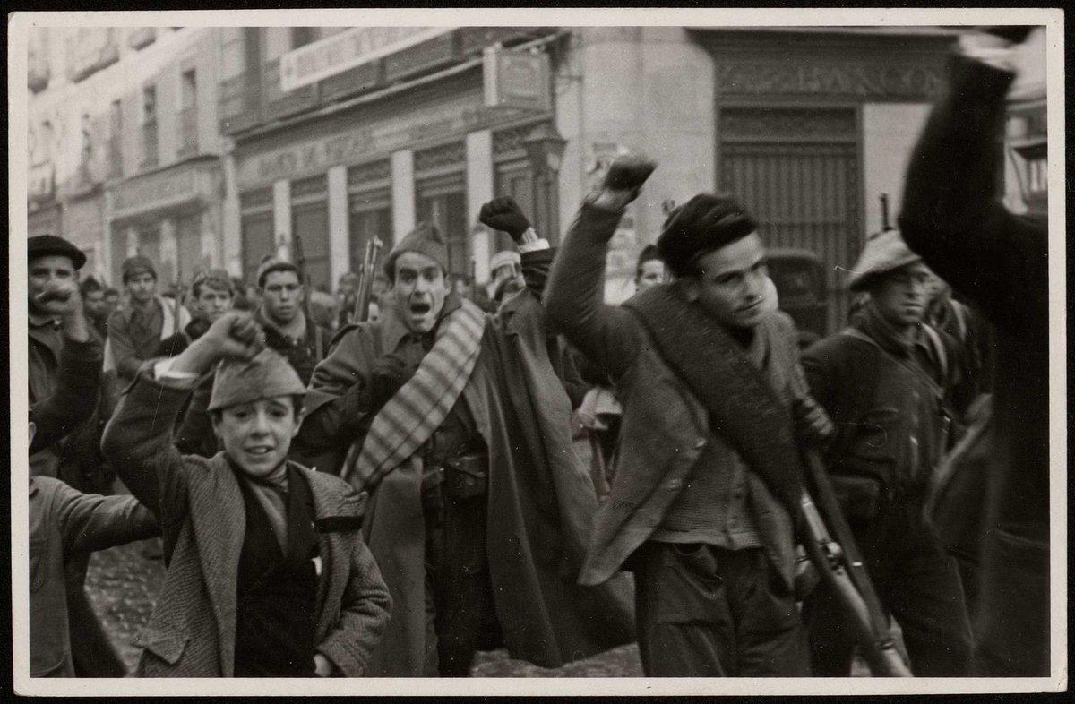 La primera Brigada de Choque (albañiles, oficinistas, obreros. Muchos de ellos morirán ese mismo día) caminando hacia el Frente atraviesa el centro de Madrid (Madrid, julio de 1936). Albero y Segovia / BNE