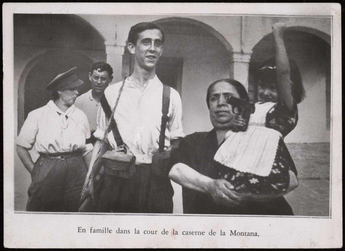 Una familia al completo, incluida una niña sujetando una pistola, tras la heroica toma del Cuartel de la Montaña (Madrid, julio de 1936). Albero y Segovia. BNE