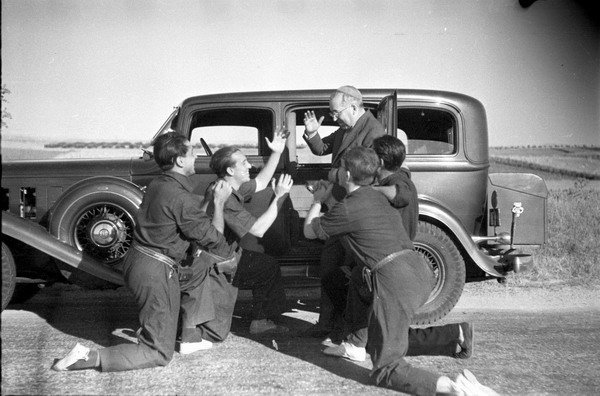 Milicianos anarquistas, uno de ellos disfrazado de cardenal, en plena burla iconoclasta (verano de 1936)