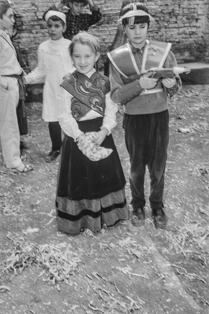 Niños disfrazados, uno de ellos de súper héroe, con pistola láser incluida, junto a niña con traje regional. Fotografía: Otto Wunderlich.
