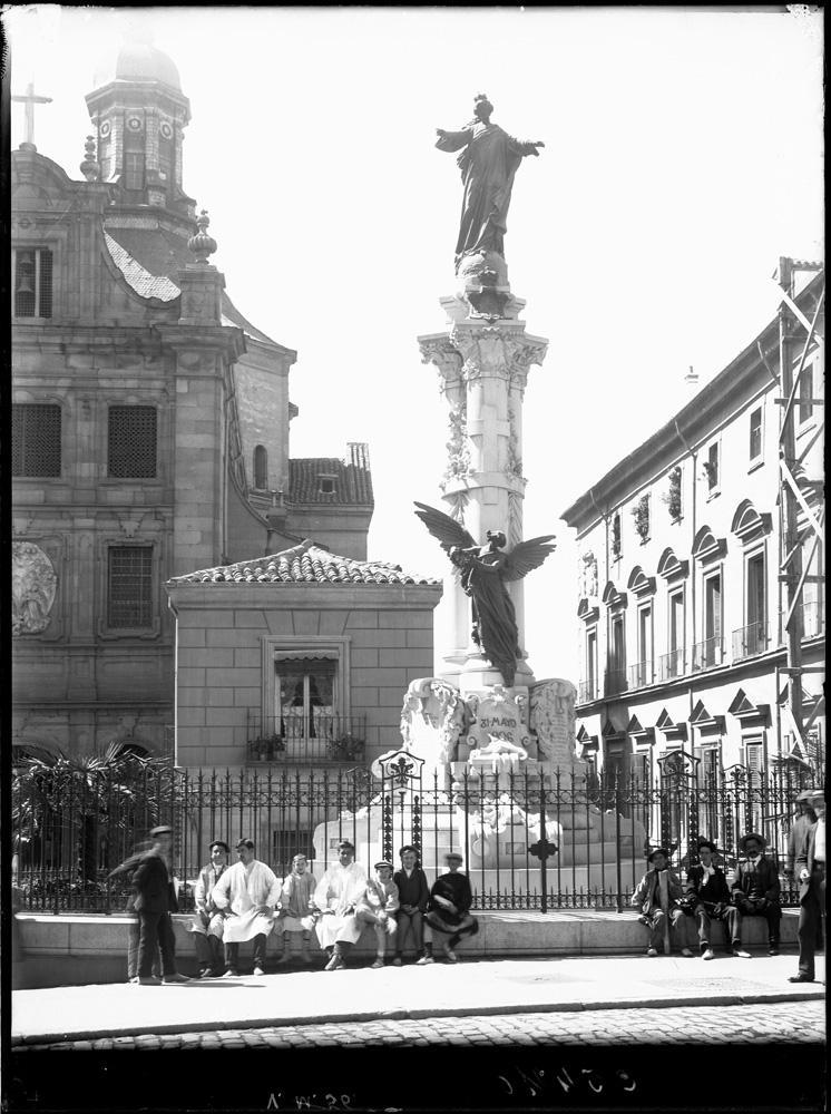 tal y como era originalmente el Monumento conmemorativo a las víctimas del 31 de mayo de 1906, del Atentado de la boda de Alfonso XIII. calle mayor, madrid. fotografía: ruíz vernacci