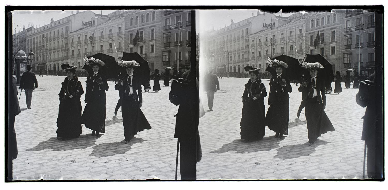 Tres mujeres caminando por la calle. fondo conde de polentinos