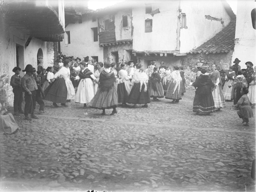 BAILE EN LA PLAZA DE GUISANDO (Ávila) en 1921-1922. FOTOGRAFÍA: OTTO Wunderlich