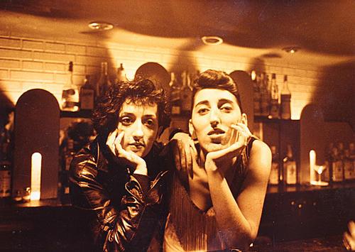 Rossy de Palma y una compañera del grupo Peor Impossible dentro de la barra del bar