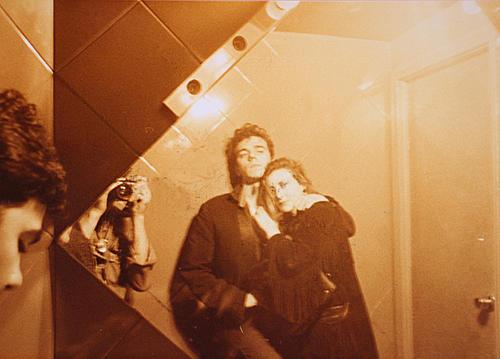 Jaime Urrutia de Gabinete Caligari y su novia fotografiados en el baño