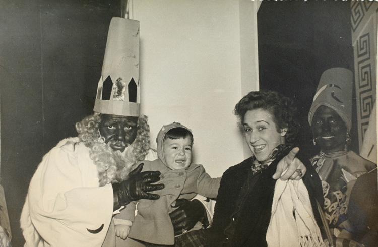El Rey Baltasar sujeta a un niño que llora asustado en calle Preciados (1960). Fotografía: archivo regional de la comunidad de madrid