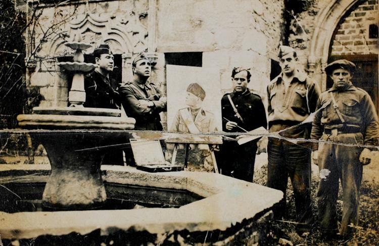 Un pintor local muestra un retrato de Mussolini en el interior del castillo de San Martín de Valdeiglesias.; guardés del castillo, dos italianos. Fotografía: archivo regional de la comunidad de madrid