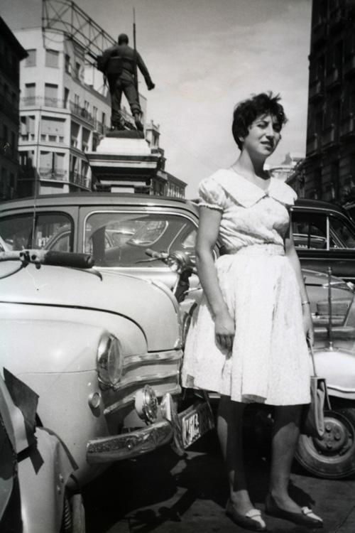 mujer en la plaza cascorro, lavapiés (1960). Fotografía: archivo regional de la comunidad de madrid
