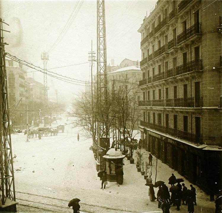 nevada en la glorieta de bilbao, madrid (1918). Fotografía: enrique soto hernández / archivo regional de la comunidad de madrid