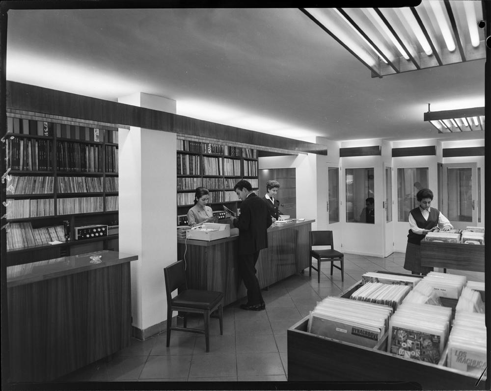 Interior de una tienda de discos (1964), posiblemente en Madrid. Fotografía: Pando Barrero.