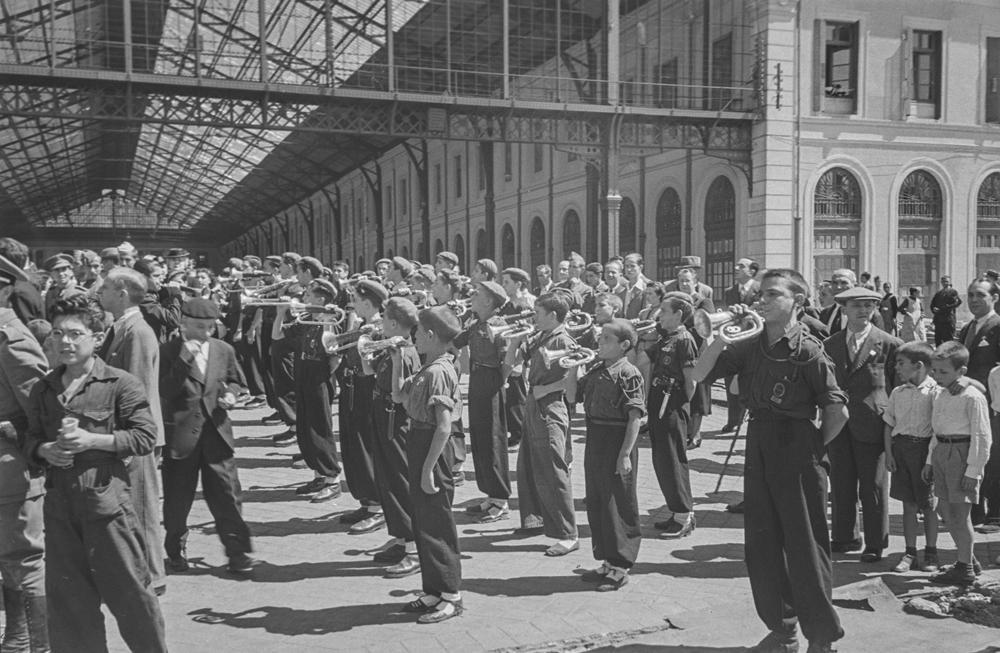 Salida División Azul. Banda de música formada por niños de uniforme en la estación del Norte de Madrid, actualmente Príncipe Pío, tocando como despedida a la División Azul (1940). Fotografía: Otto Wunderlich