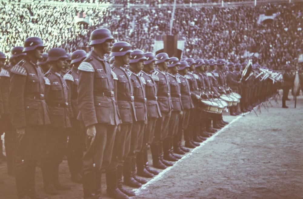 Soldados alemanes junto a la banda de música en formación en la plaza de toros de las Ventas. Público en las gradas (octubre de 1940). Fotografía: Otto Wunderlich