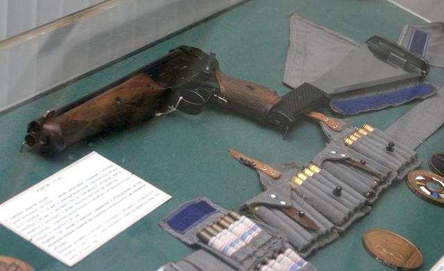 La pistola TP-82, que incluía machete