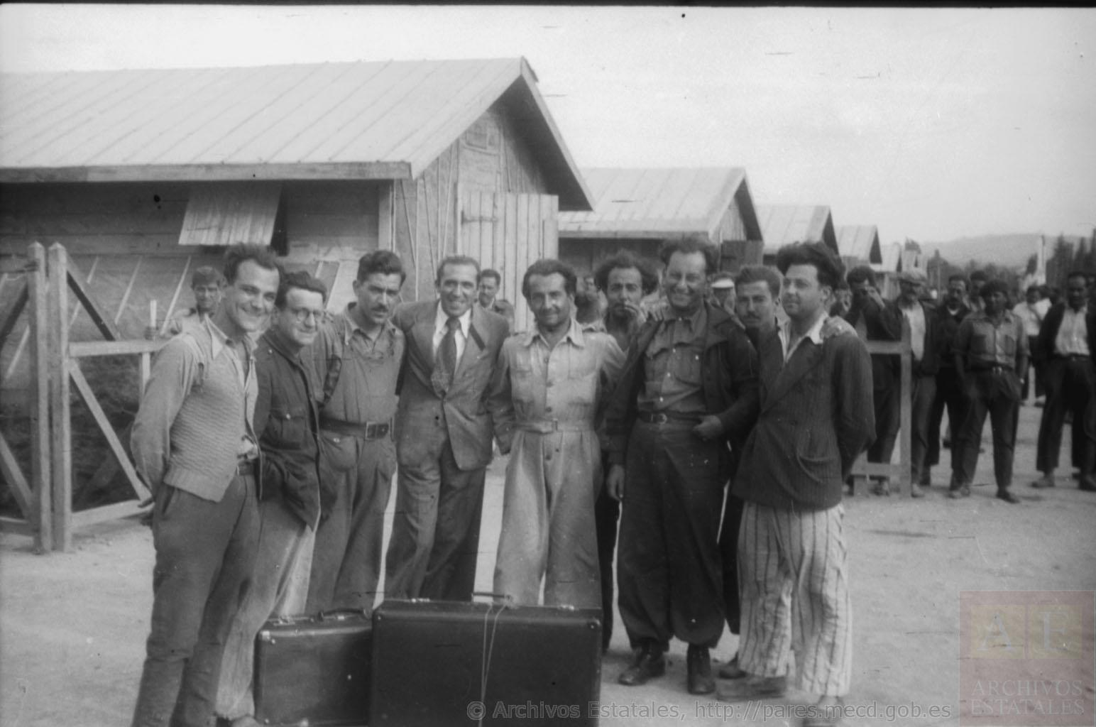 Fotografía de un grupo de republicanos españoles en el campo de concentración de Bram, en el sur de Francia, entre los que se encuentra el fotógrafo Agustí Centelles. Fotografía: Centro Documental de la Memoria Histórica,