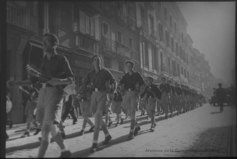 Guitarristas fascistas. Flechas y pelayos falangistas, guitarra en mano, desfilando por el centro de Madrid en septiembre de 1943. Fotografía: Santos Yubero