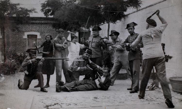 Un grupo de amigos representa un enfrentamiento entre la Guardia Civil y una banda de ladrones (1925). Fotografía: Archivo Regional de la Comunidad de Madrid