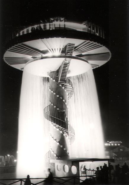 El restaurante del Parque de Atracciones de Madrid de noche y en todo su esplendor (1969). Fotografía: Archivo Regional de la Comunidad de Madrid