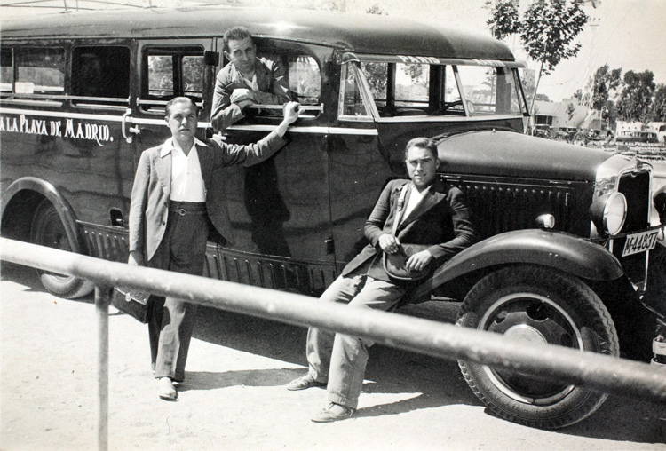 Tres personas frente al autobús que llevaba a la «playa de Madrid», el Manzanares (1935). Fotografía: Archivo Regional de la Comunidad de Madrid