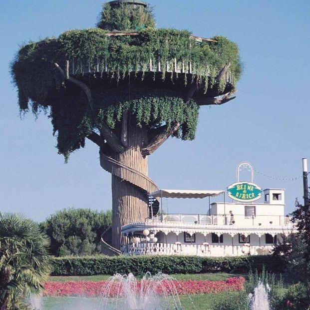 El Platillo Volante convertido en la Casa Árbol. A su lado, el Reina de África