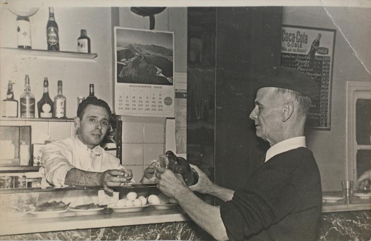 En el bar La Amistad sirviendo chatos (1968). Calle Silva nº 29. Fotografía: Archivo Regional de la Comunidad de Madrid