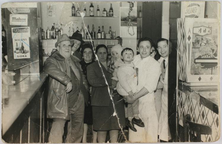 Familia reunida en la calle Silva nº 29, bar La Amistad (1968). Fotografía: Archivo Regional de la Comunidad de Madrid.