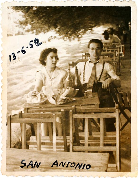 Retrato de una pareja sentada en las mesas de un bar en San Antonio de la Florida (1952). Fotografía: Archivo Regional de la Comunidad de Madrid.