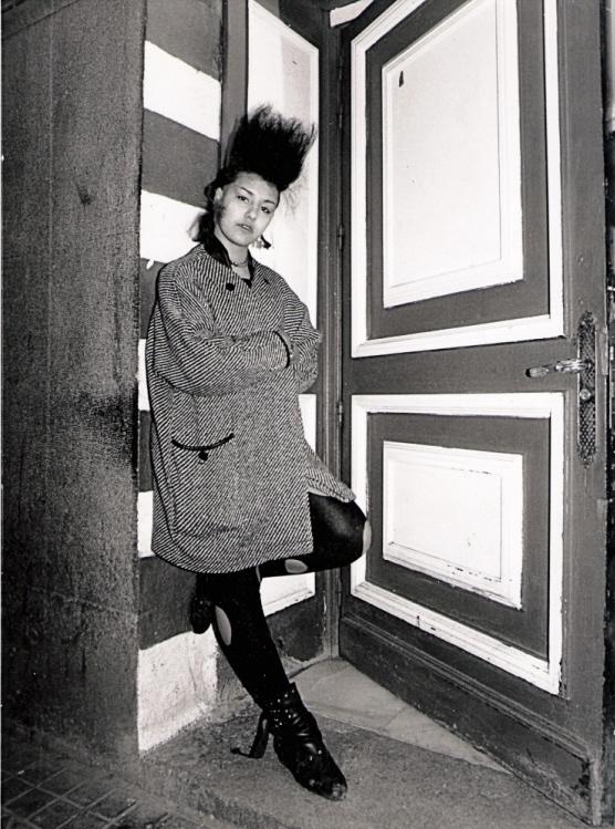 Fotografía realizada durante la primera maratón fotografica de Madrid en la puerta de la sala Fiesta, en la calle de la Reina (1984). fotografía: alejandro rubio / Archivo regional de la com. madrid