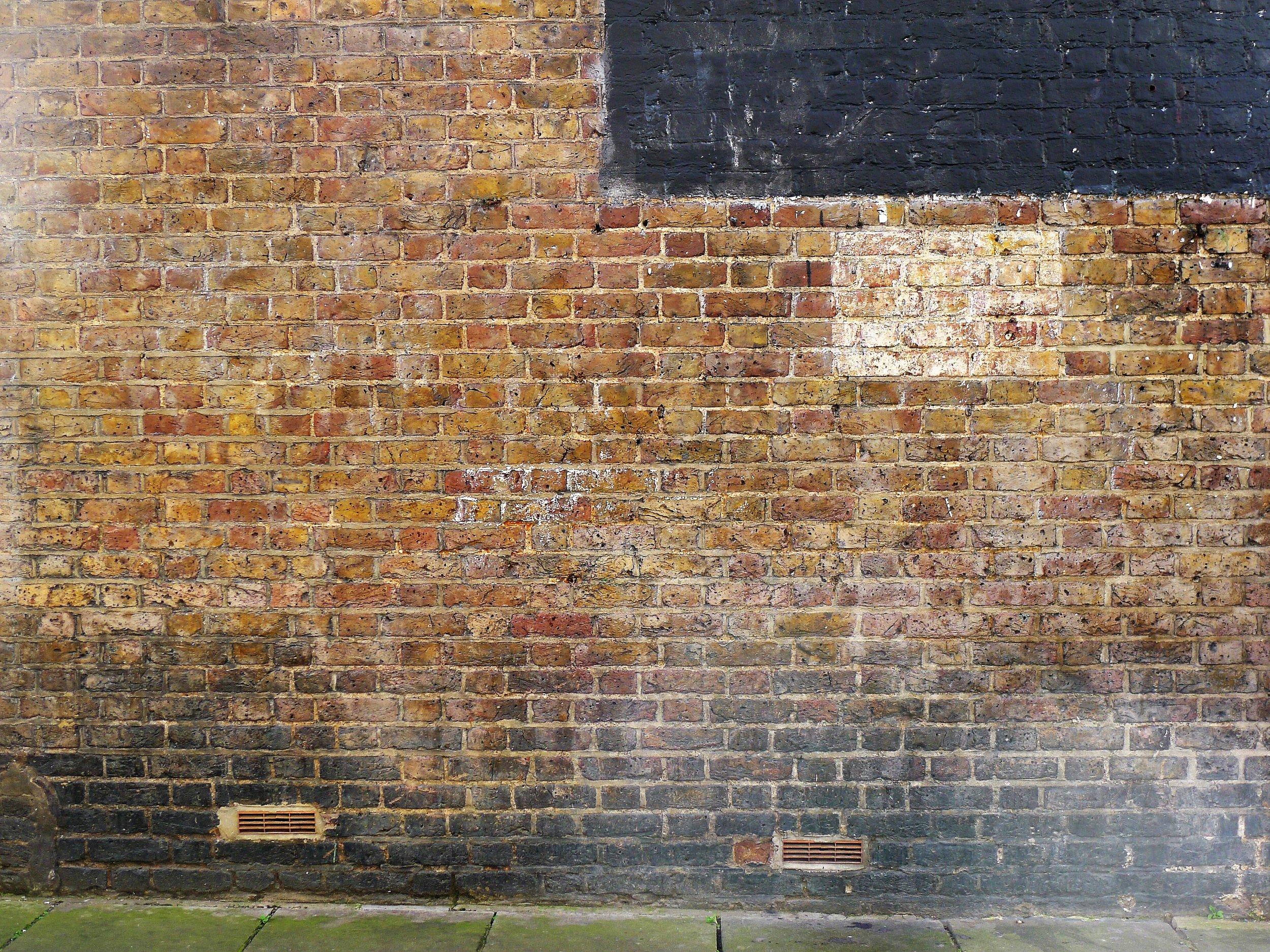 Exactamente la misma pared en la actualidad, así como arriba, a la derecha, donde una vez estuvo el anuncio. Fotografía: El autor