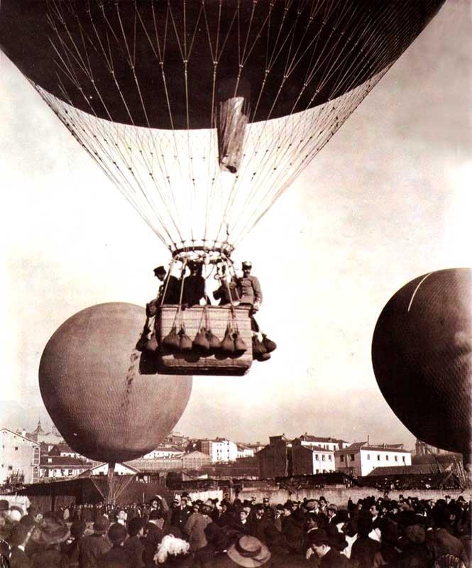 Rally-Balloon en Madrid (1908). Gasómetro (Ronda Toledo) al fondo el antiguo Matadero de la Puerta de Toledo. Posiblemente se trate del público de alguna exhibición aerostática que se realizaban frecuentemente en ese lugar de Madrid. Fotografía: Historias Matritenses