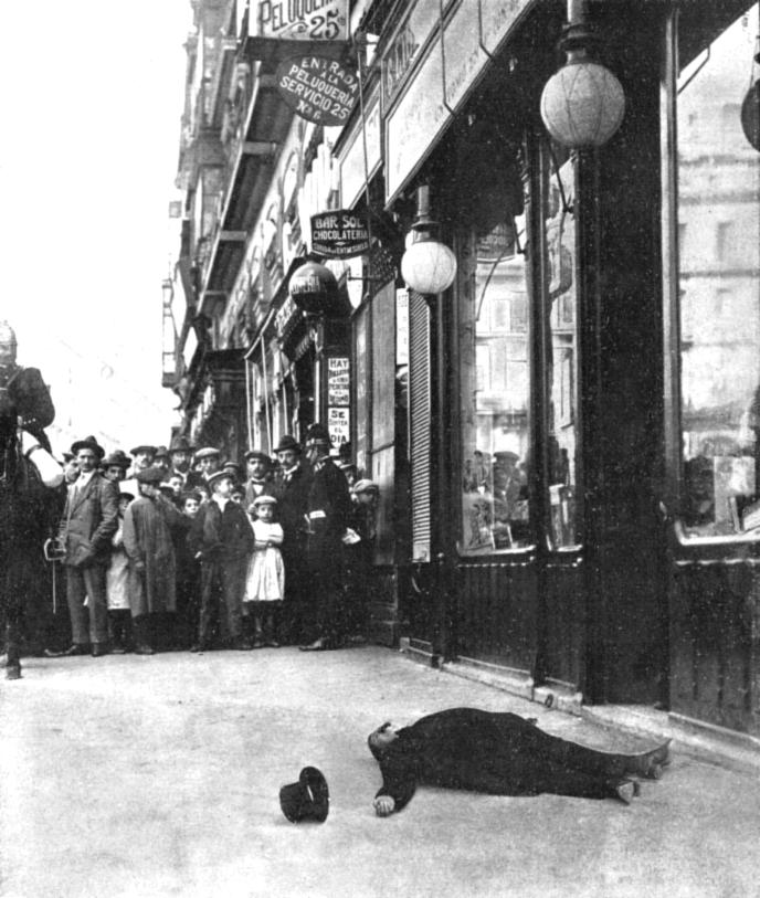 Atentado mortal contra José canalejas, presidente del Consejo de Ministros, a manos del anarquista Manuel Pardiñas frente al actual número 6 de la Puerta del Sol (12 de noviembre de 1912)