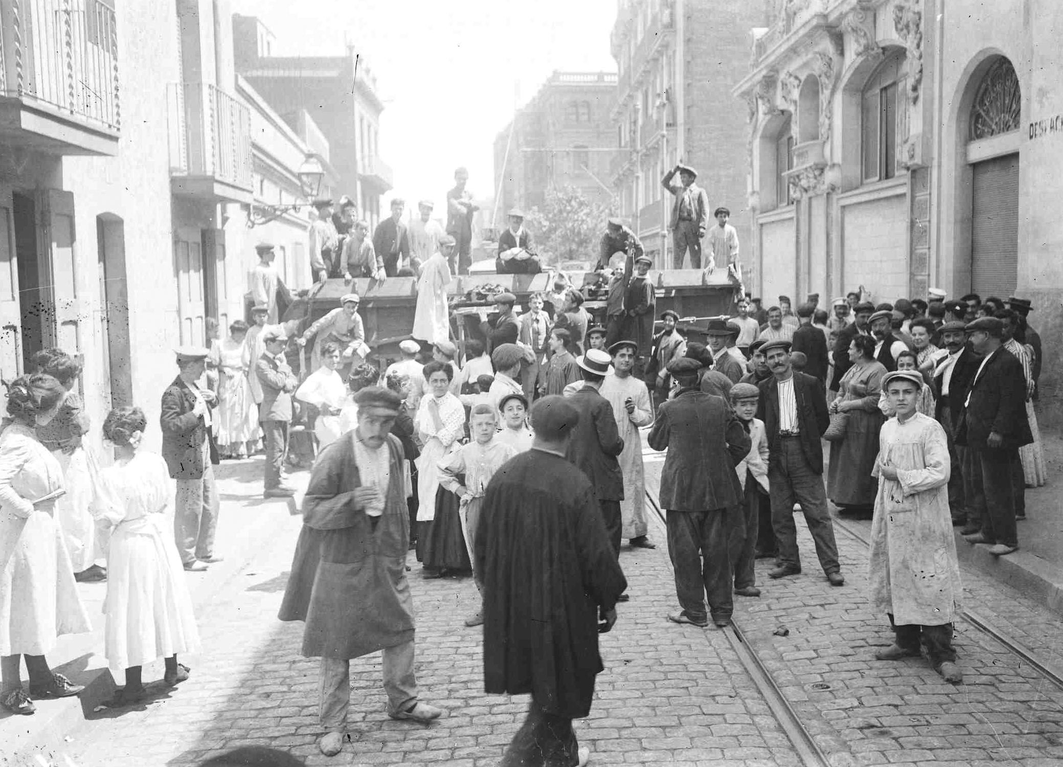 Barricadas cerrando el paso de las fuerzas de seguridad durante la Semana Trágica de Barcelona (julio-agosto de 1909)