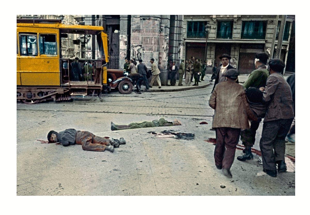 Ciudadanos recogiendo los heridos tras un bombardero al lado del templete del Metro Gran Vía en la Red de San Luis de Madrid. Foto Juan Guzmán. 13 mayo 1937, 15:00. Archivo Agencia EFE. Coloreada