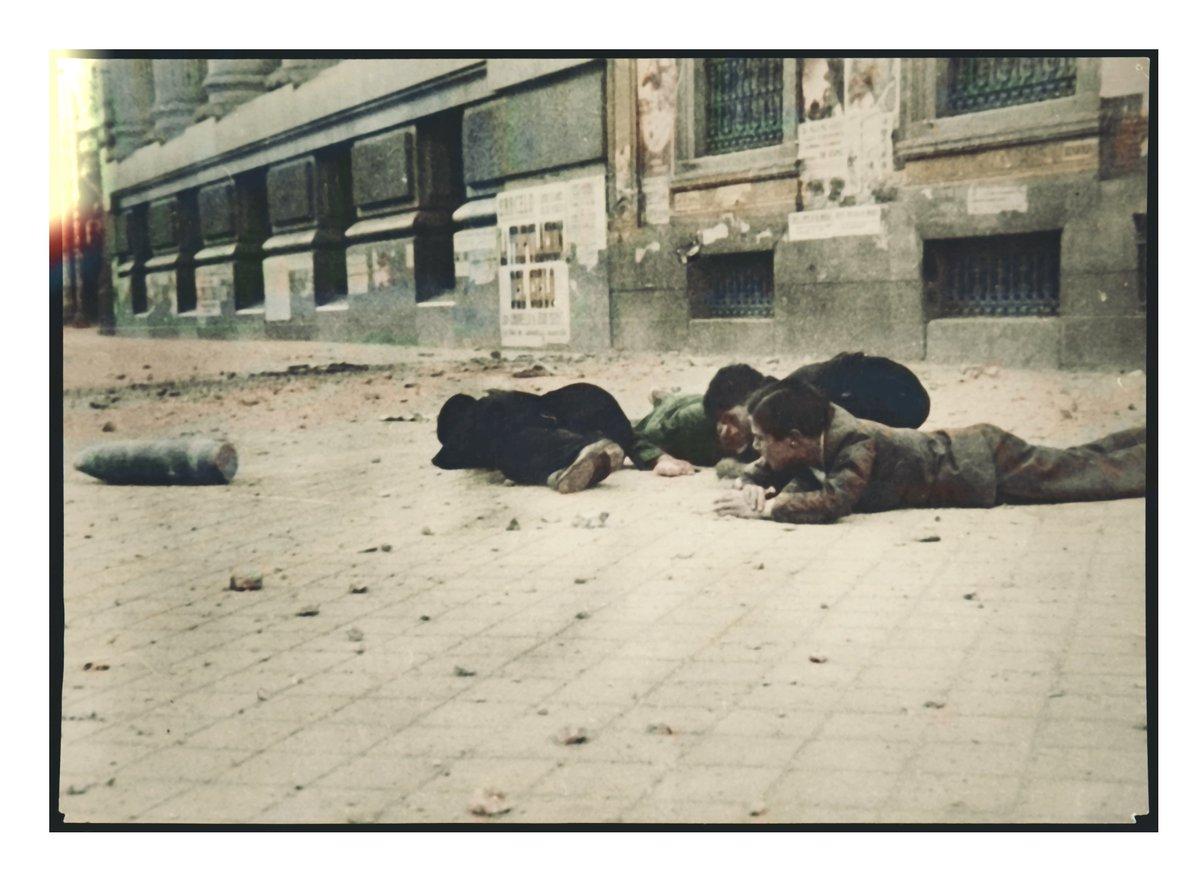 Un obús ha caído sobre la concurrida Calle de Alcalá de Madrid a la altura del actual Instituto Cervantes. Milagrosamento no ha hecho explosión. Foto Hermanos Mayo. Año 1939. Archivo MCARS. Coloreada