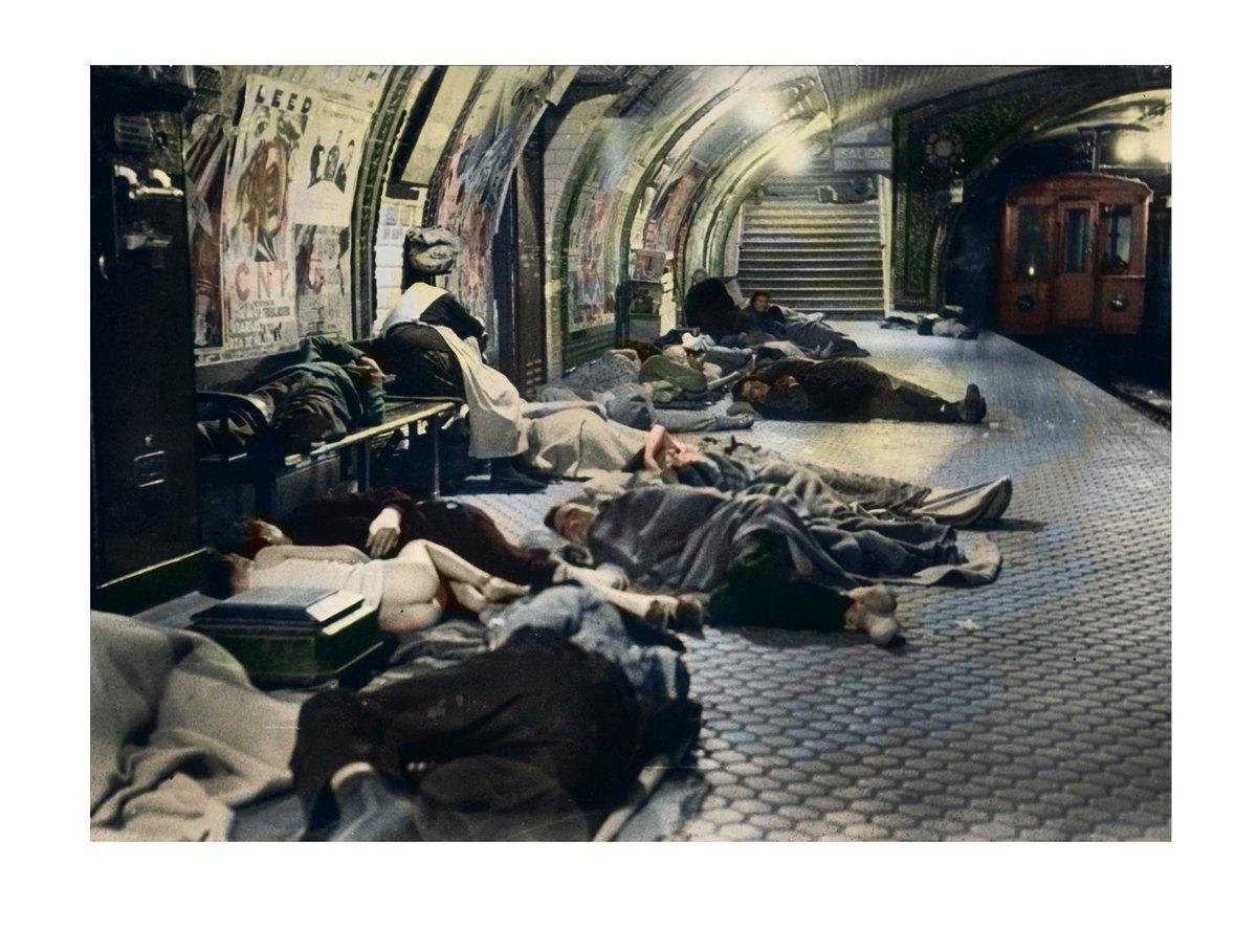 Buscando refugio en el metro durante los bombardeos. Estación de Tetuán. Año 1937. Foto Alfonso Sánchez Portela. Archivo MCARS. Coloreada