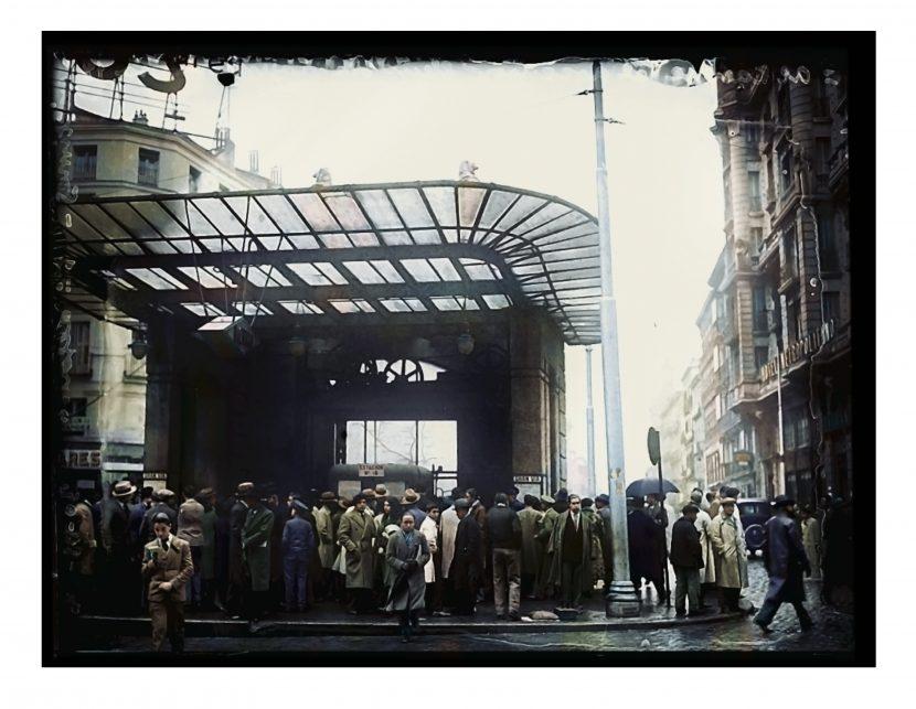 1931, templete de ascensores del Metro Gran Vía, Red de San Luis, Madrid. Foto Alfonso Sánchez Portela. Desmantelados en 1969. Madrid desaparecido. Coloreada